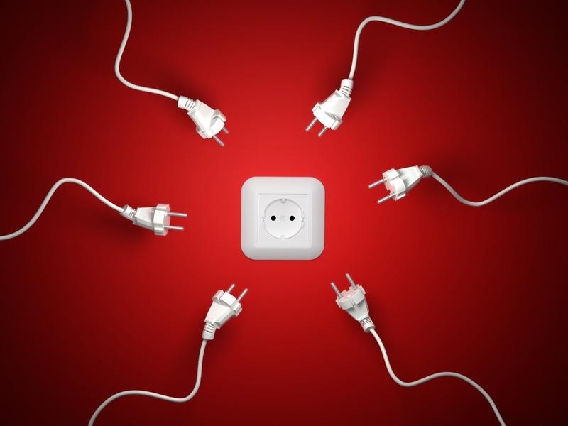 Штатный электрик или электрик из фирмы